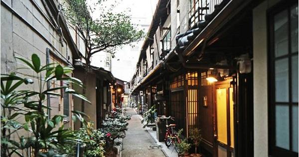 あじき路地(京都市東山区)。京都にはこのような細街路や袋路がそこここにある