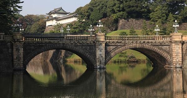 皇居正門から長和殿へ向かう道にある濠にかかる通称「二重橋」