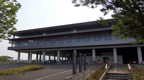 奈良県立図書情報館。図書館の蔵書問題は全国の図書館の共通の課題となっている。