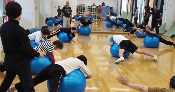 中央大学法学部准教授の村井剛先生 体操風景